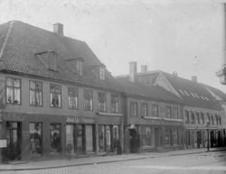 Gatemiljø med butikker. Johan Lie, Uhrmager, Storgata 16. St