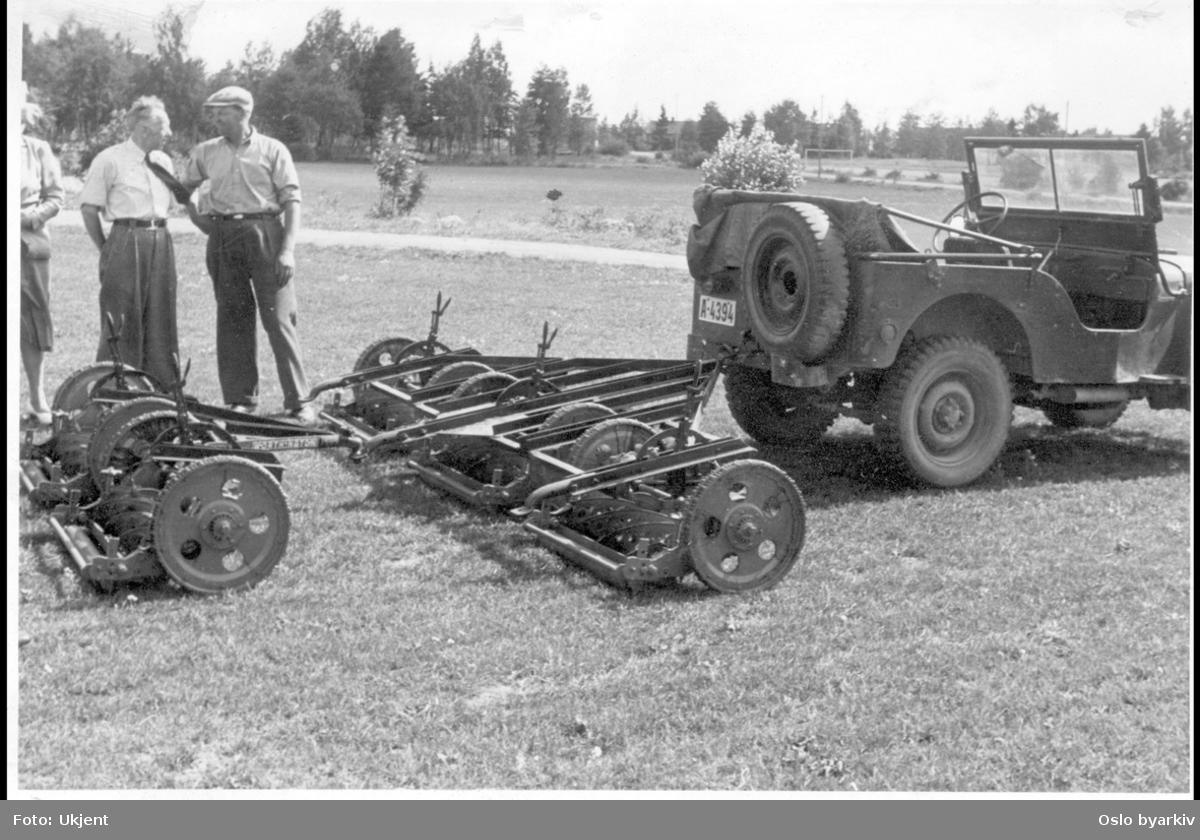 Jeep med gressklipper på sletta.