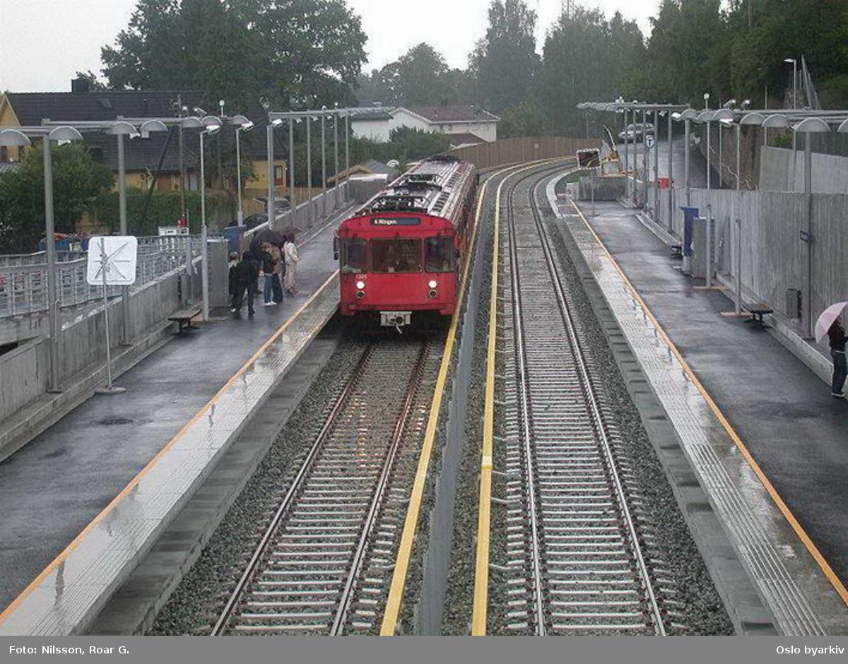 Oslo Sporveier. Kolsåsbanen. T-banevogn 1331, serie T6, på linje 4 på Ringen, her ved nye Montebello T-banestasjon. Reisende.