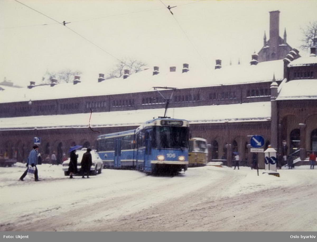 Oslo Sporveier. Trikk motorvogn 106 type SL79 linje 9 til Ljabru svinger ut av Dronningens gate inn i Biskop Gunnerus' gate. Vinterbilde.