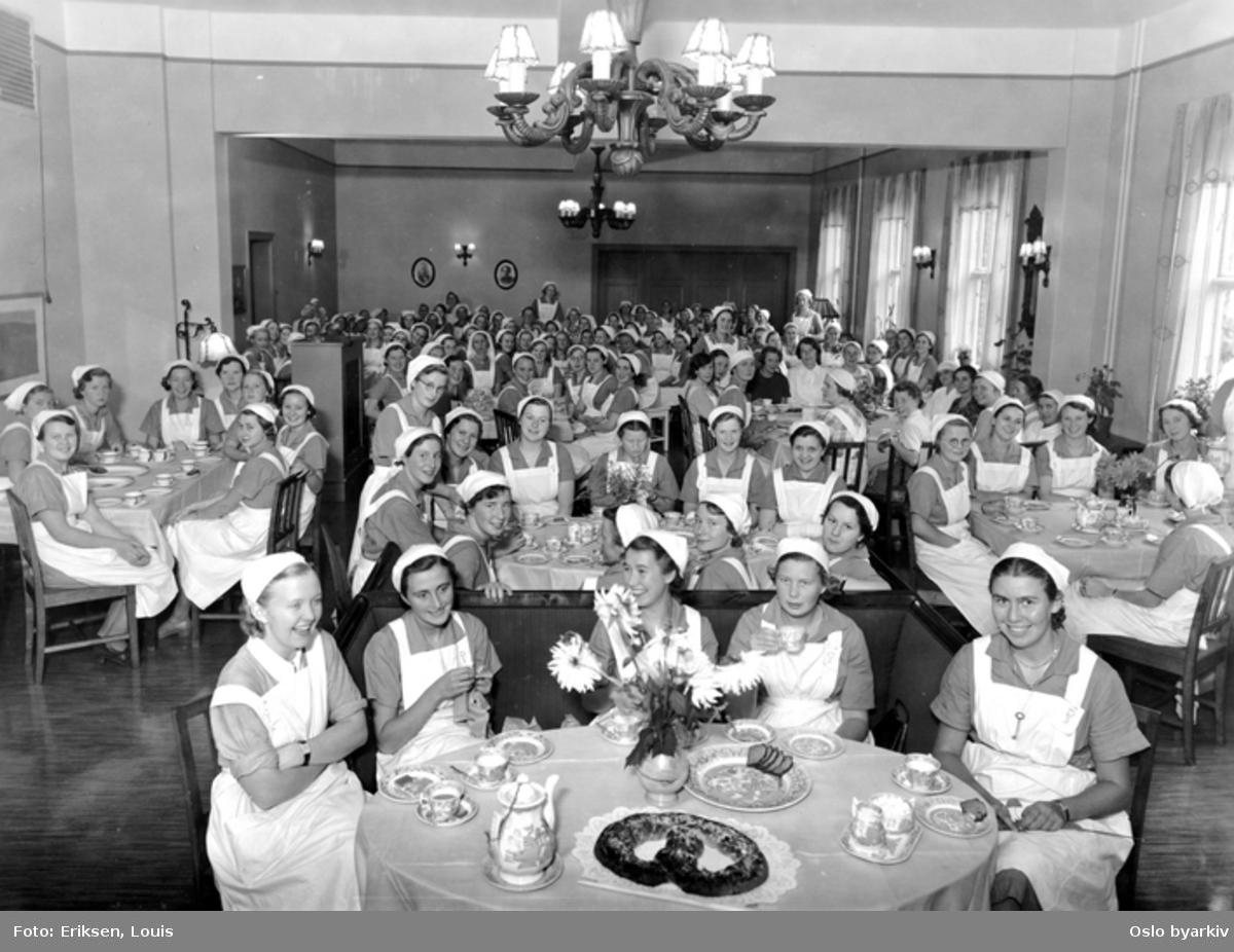 Hyggetime høsten 1937. Alle elevene ved skolen samlet i dagligstuen. Kaffeservering, kringle