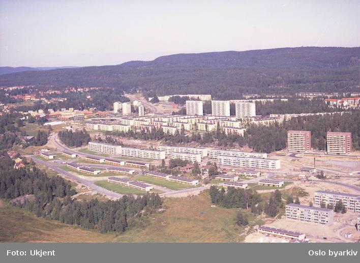 Rekkehus i Bogerudveien og Bogerudslyngen. General Ruges vei går bak rekkehusene. Stallerudveien ved høyblokkene til høyre. Bøler i bakgrunnen. (Flyfoto)