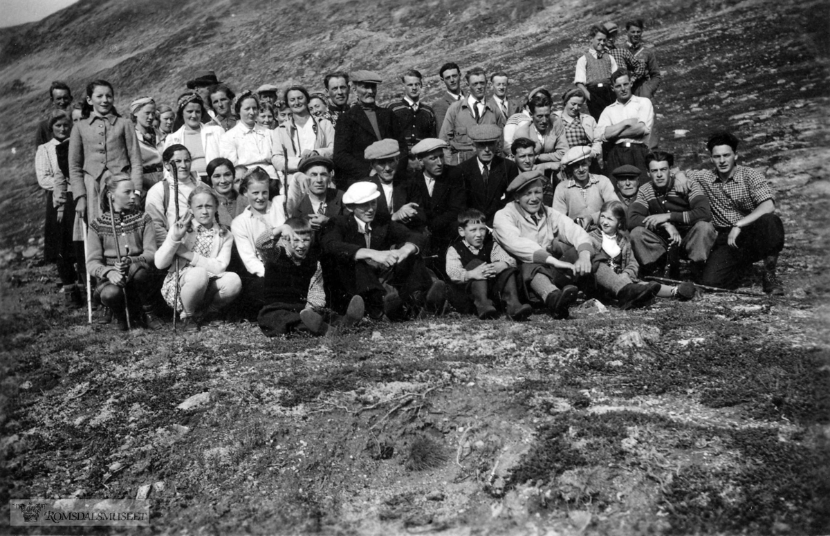 """Fjellstemne i Sandgrovbotn 16.08.1940..Romsdalingar og Eikesdalingar møttes her kvart år. .(Om fjellstemna se """"Romsdal Sogelags Årsskrift 1972"""")"""