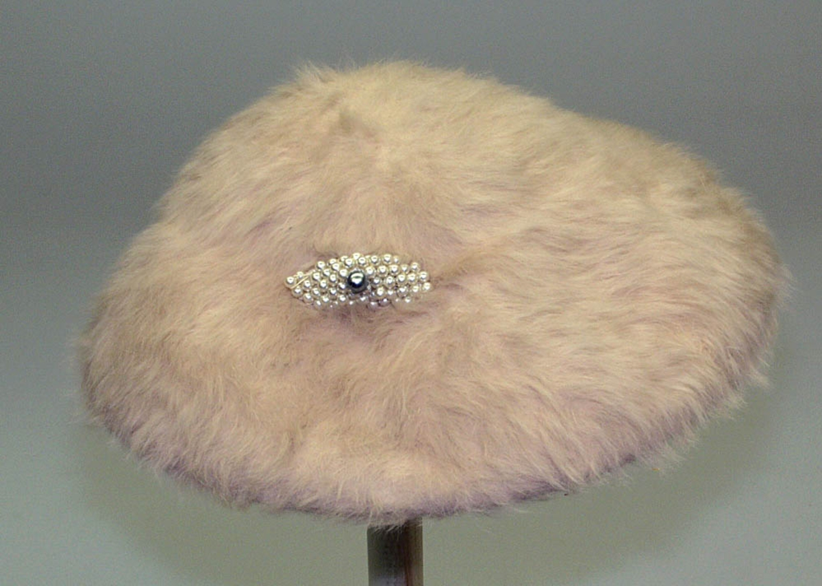 Påsydd perle dekor. Svette bånd. Hatte strikk.