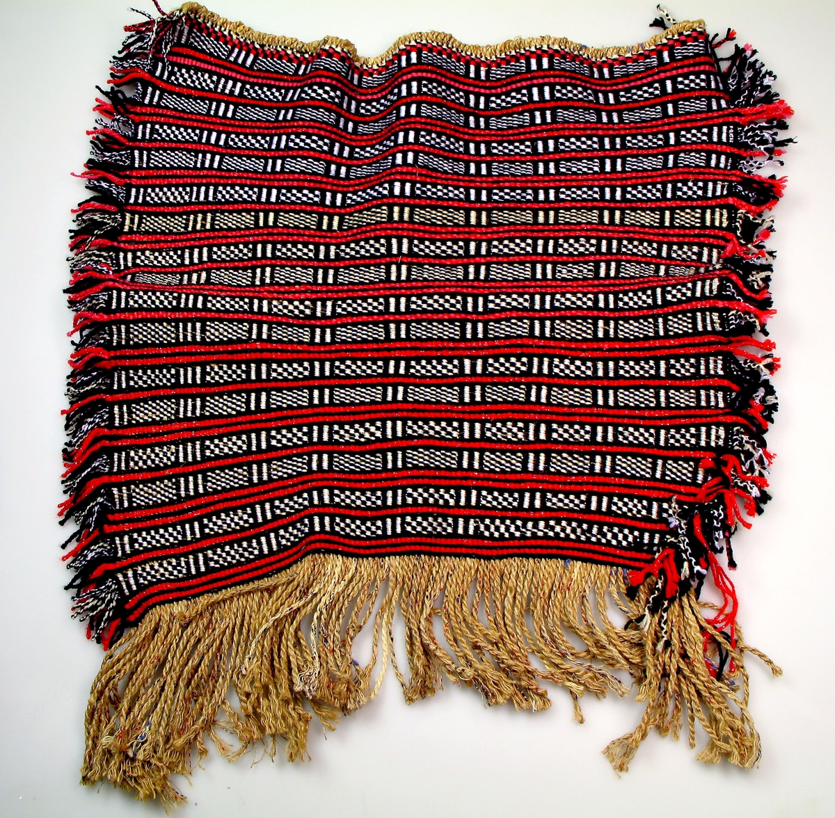Vevd teppe.  Somalisk mønster vevd i Norge.  Kjøpt av Fadumo Hussein Hassan.