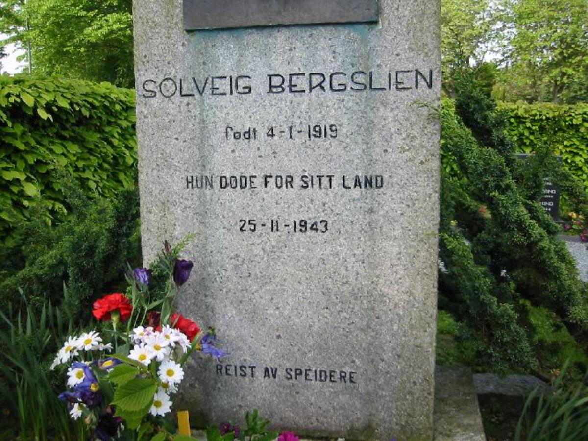 Vanlig bauta h 1,50, b 0,60, d 0,33 reist av speiderne. med påsatt bilde av Solveig i bronse h 0,36, 0,46.