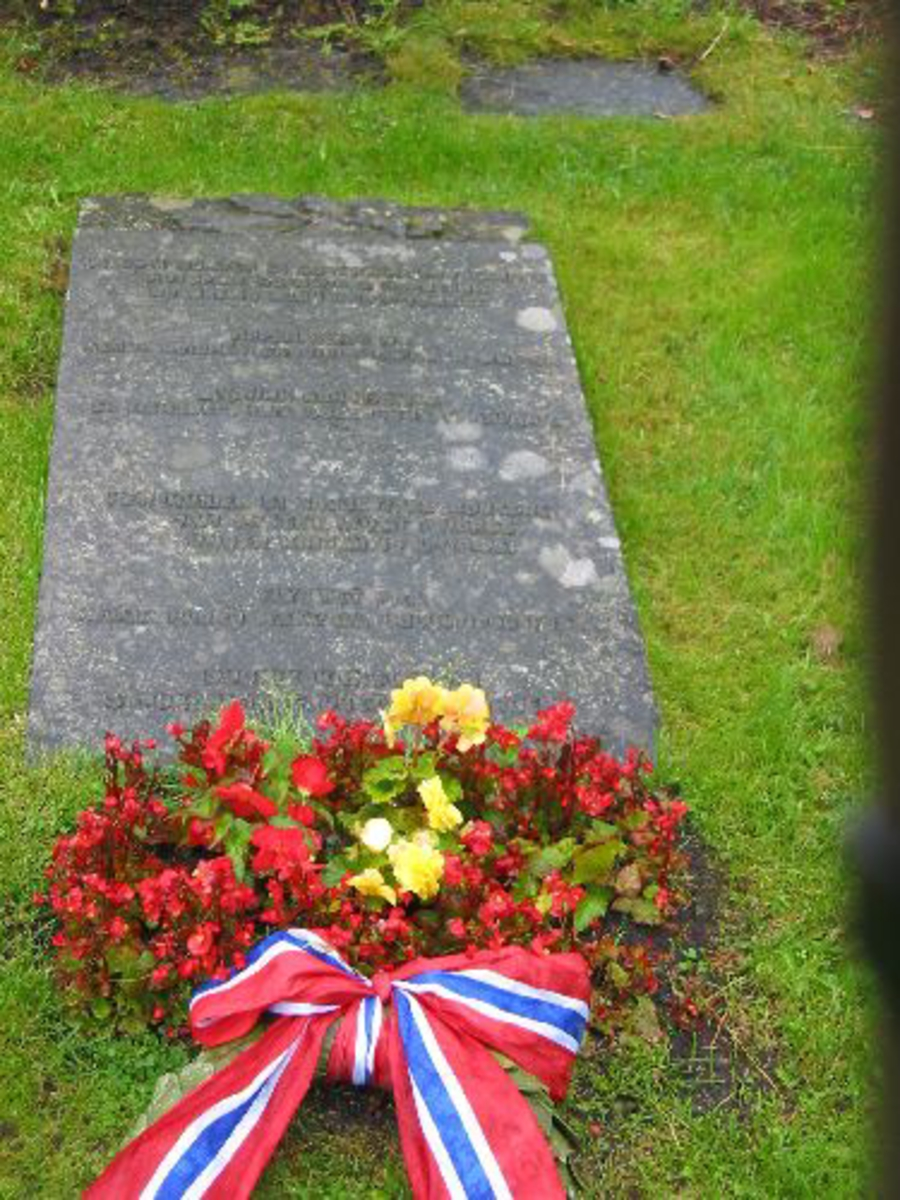 Steinheller med navn på, skrevet på Russisk lagt ned i kirkegården.