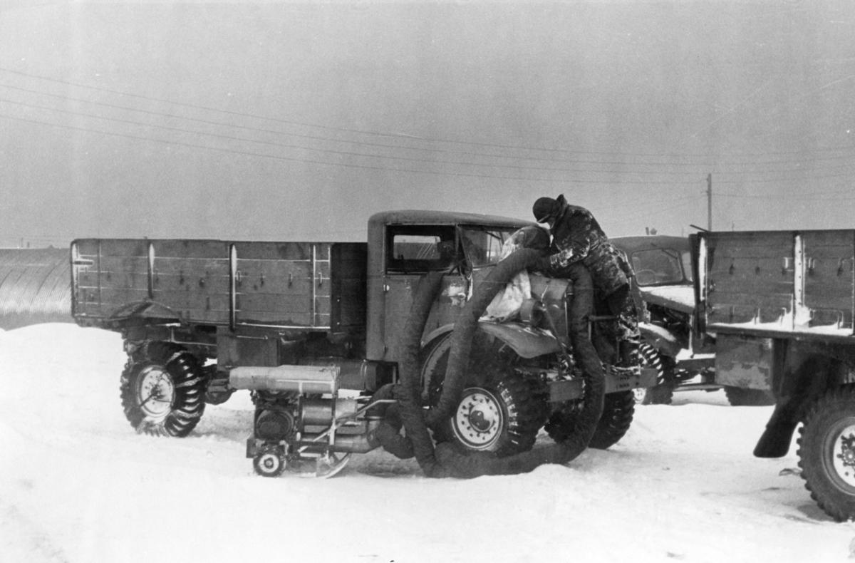 Tøffe forhold for 330 skvadronen på Island. Sterk kulde vinterstid gjør bl.a. at bilmotorer må tines og varmes opp før de kan startes.
