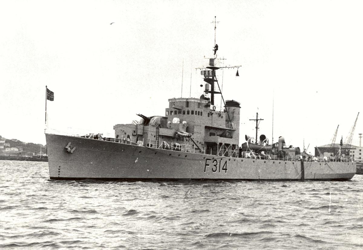 "Motiv: River klasse fregatt KNM ""Troll"" (F314)4/5 babord bredside"