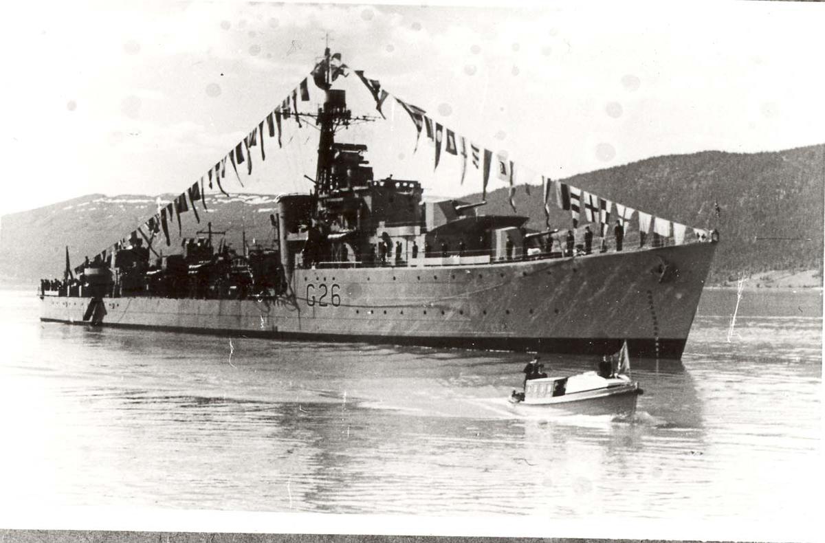Motiv: Jageren STORD (G 26) - I Altafjorden. 30º styrbord baug. Stor flagging. Kongeferden 1946