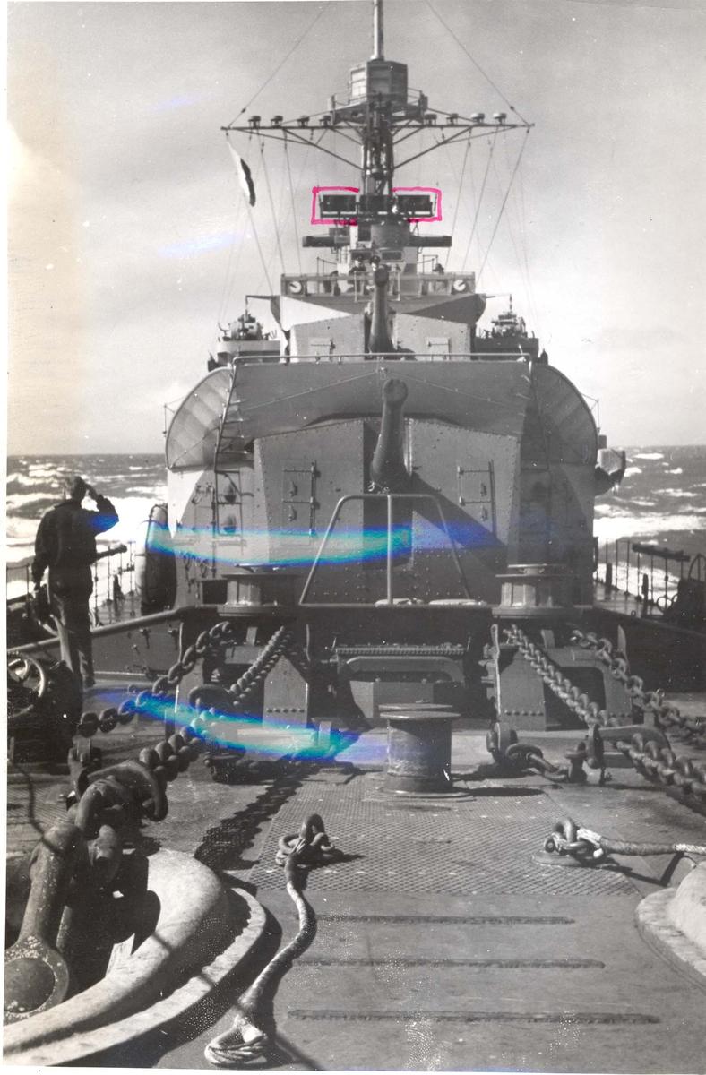 """Jageren """"Stord"""" blir overtatt av Den Norske Marine, 26.august 1943. Broen og forre kanonen fotografert fra baugen."""