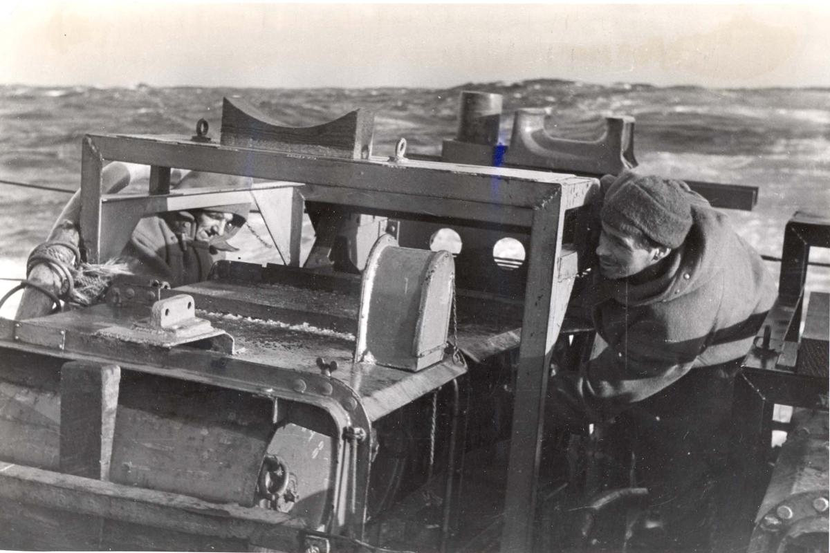 Enkeltbilde. Jageren Stord i konvoy til Murmansk. På jobb med dypvannsminer under en fire dagers lang kamp mot de tyske ubåtene nord for den Norske kyst.