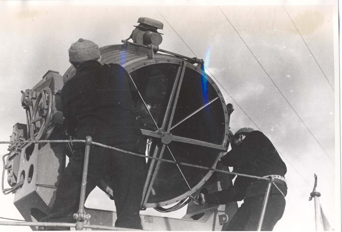 Enkeltbilde. Jageren Stord i konvoy til Murmansk. Søkelysene ombord blir polert og testet