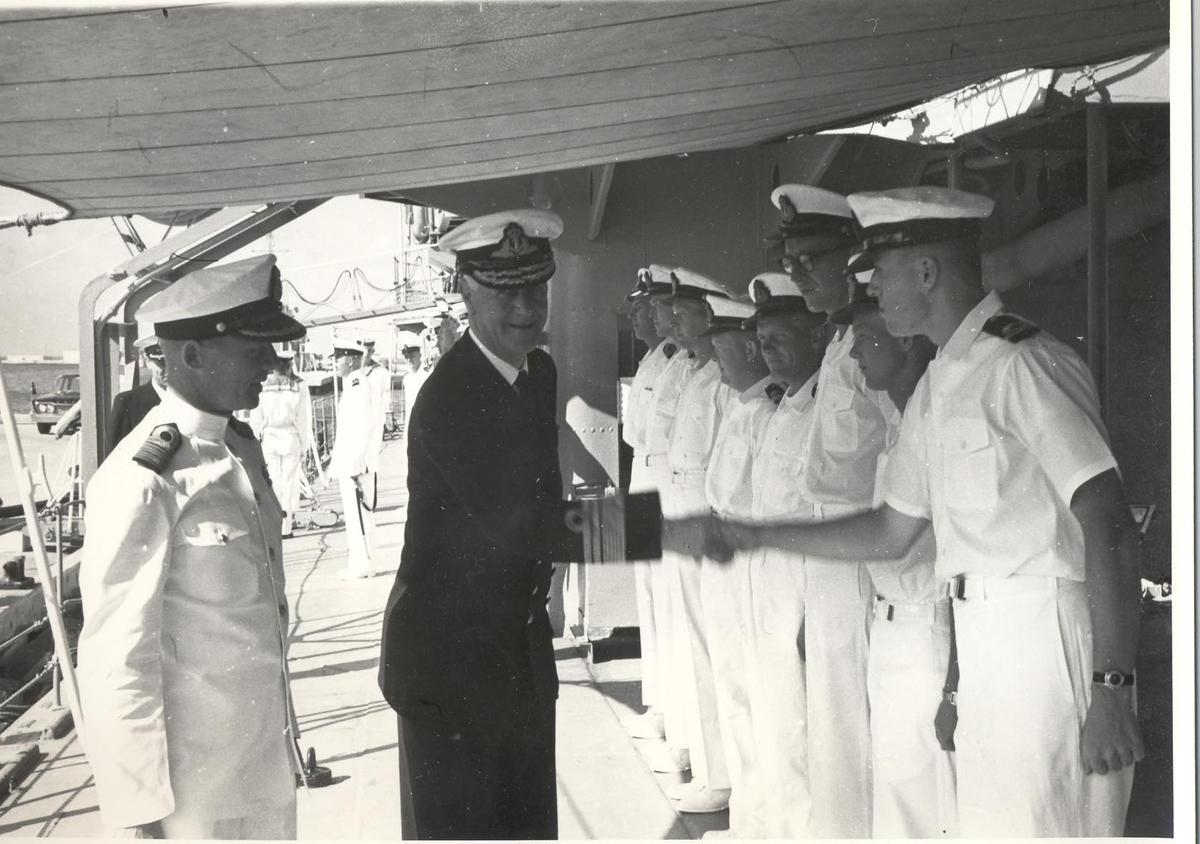 Enkeltbilde. C-kl jager, KNM Bergens tokt til Key West i 1962. admiralen debarkerer og takker for seg.