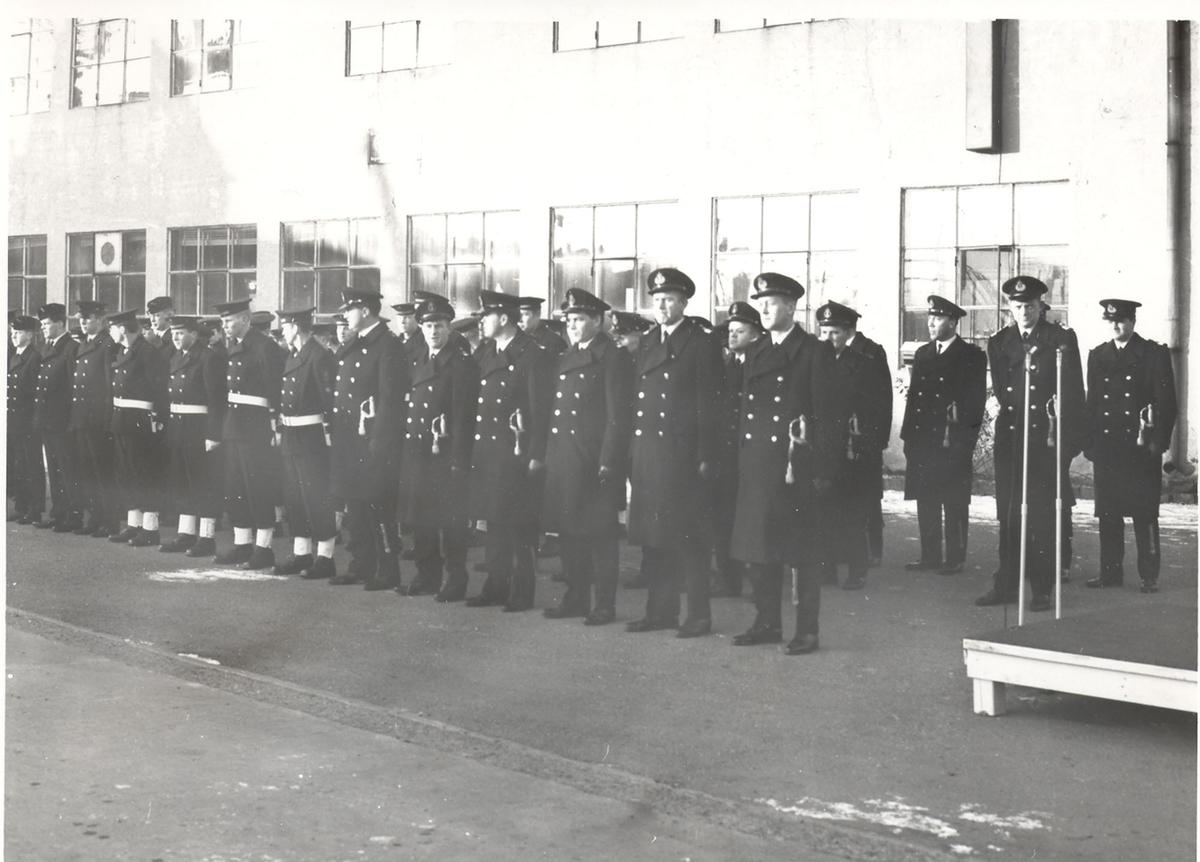 """Oslo-kl.fregatt KNM """"Stavanger"""". Bilder fra heisingen av kommando, 08/12 1967. Besetningen oppstilt"""