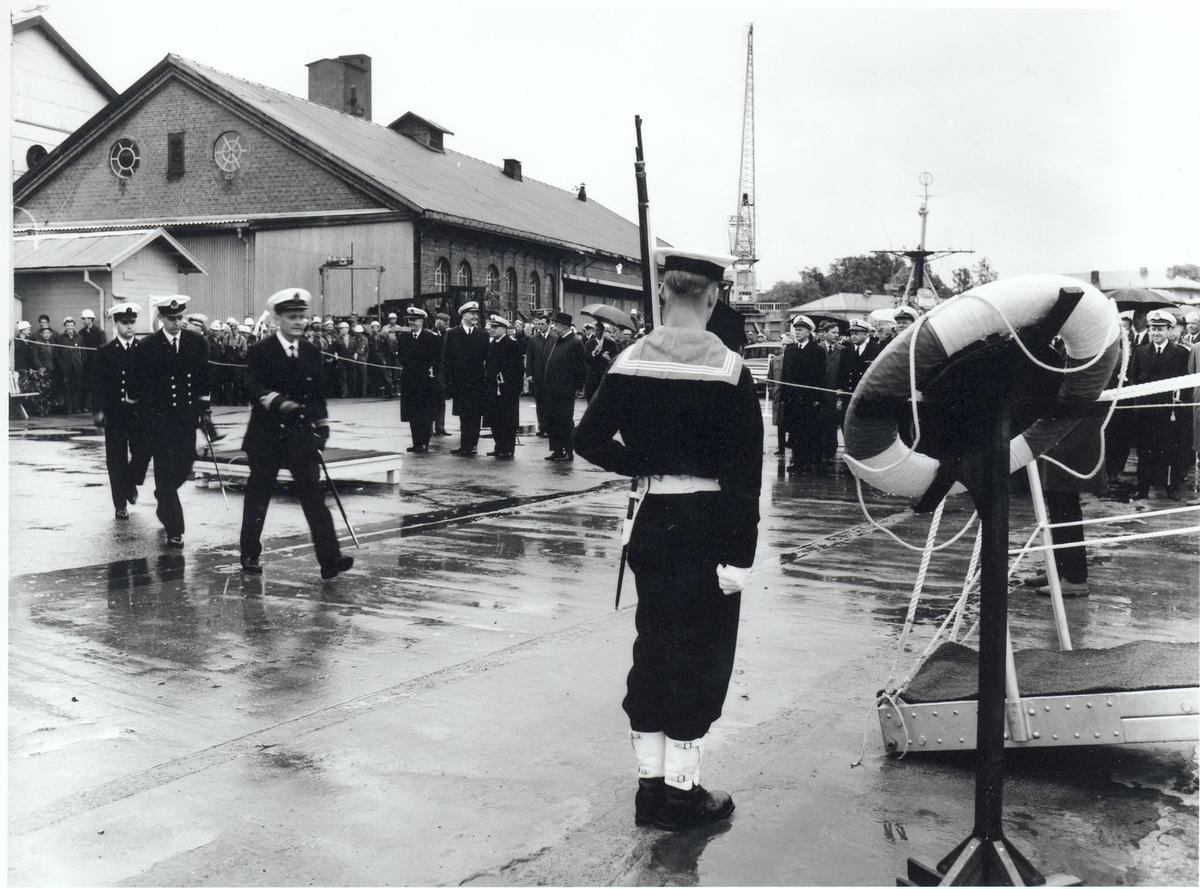 """Oslo-kl.fregatt KNM """"Narvik"""".  Overlevering og kommandoheis 30. november 1966. Mannskaper hilser ved ombordstigning."""
