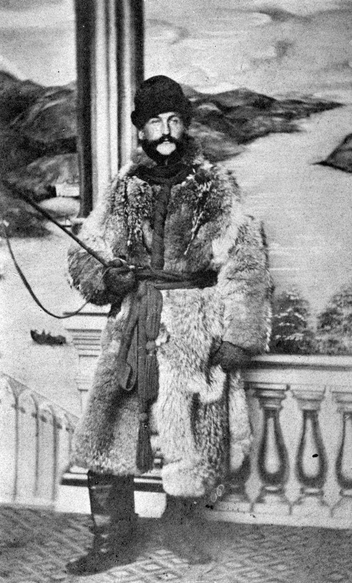 DIRIGENT JOHAN LINDTNER, ULVESKINNSPELS, RIDEPISK, MUSIKKLEDER. JOHAN LINDTNER FØDT I BERGEN 1836, DØD I SAN FRANCISCO 1909. STIFTET OG INSTRUERTE MUSIKKFORENINGER I HAMAR, STANGE, ROMEDAL, LØTEN OG PÅ NES. VIRKET HER FRA 1862 - 1867.