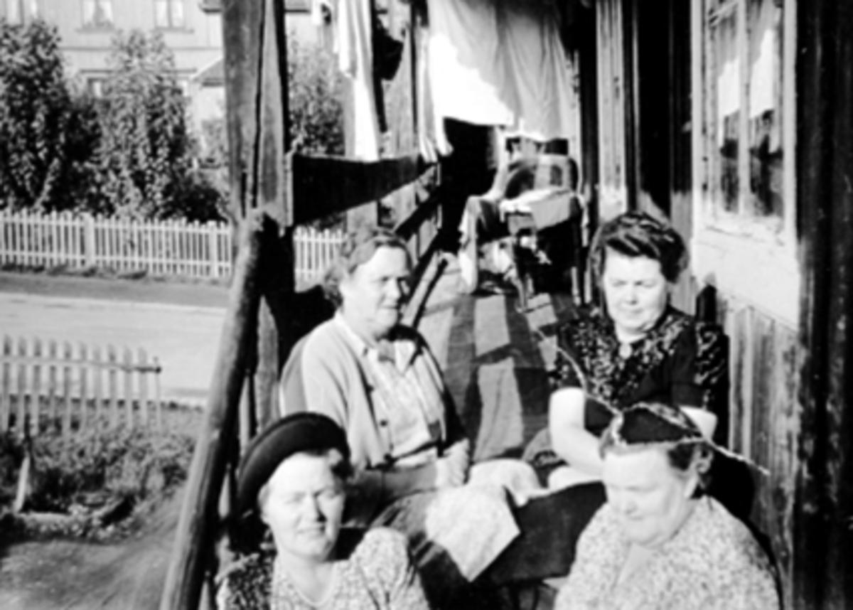 GR: 4, KORSLUNDSØSTRE, ANNA, MARTHA, SIGNE KLARA FORAN TIL H.