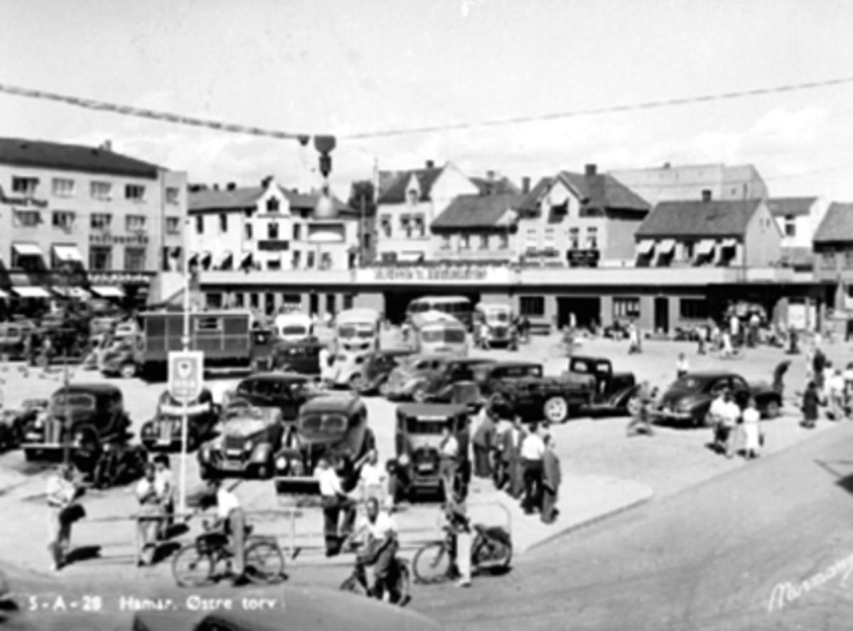 ØSTRE TORG, TRAFIKK, FOLK, BILER OG BUSSER, RUTEBILHOLDEPLASS, BYJUBILEUMSÅRET 1949