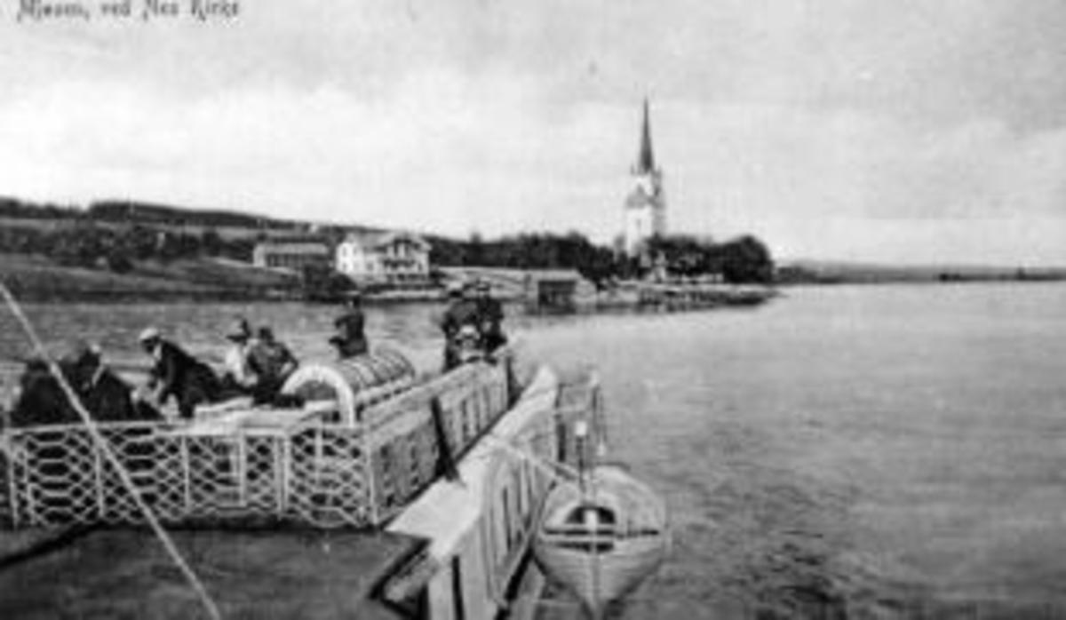 Oversikt Nes kirke, Nes brygge og det gamle kommunelokalet. Bildet er tatt fra Skibladner.