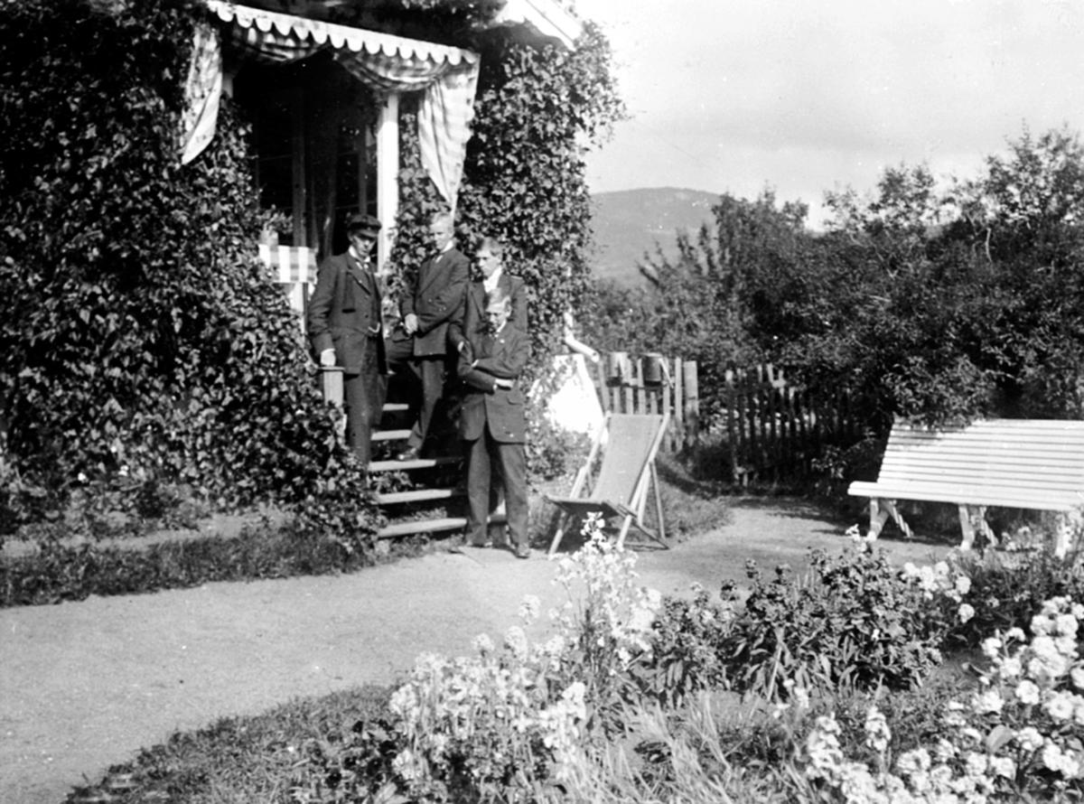 Fire menn i trapp på Granerud gård, Brumunddal. Karl Løken, Olav Løken, Gunnar Arisheim, Erling Arisheim.