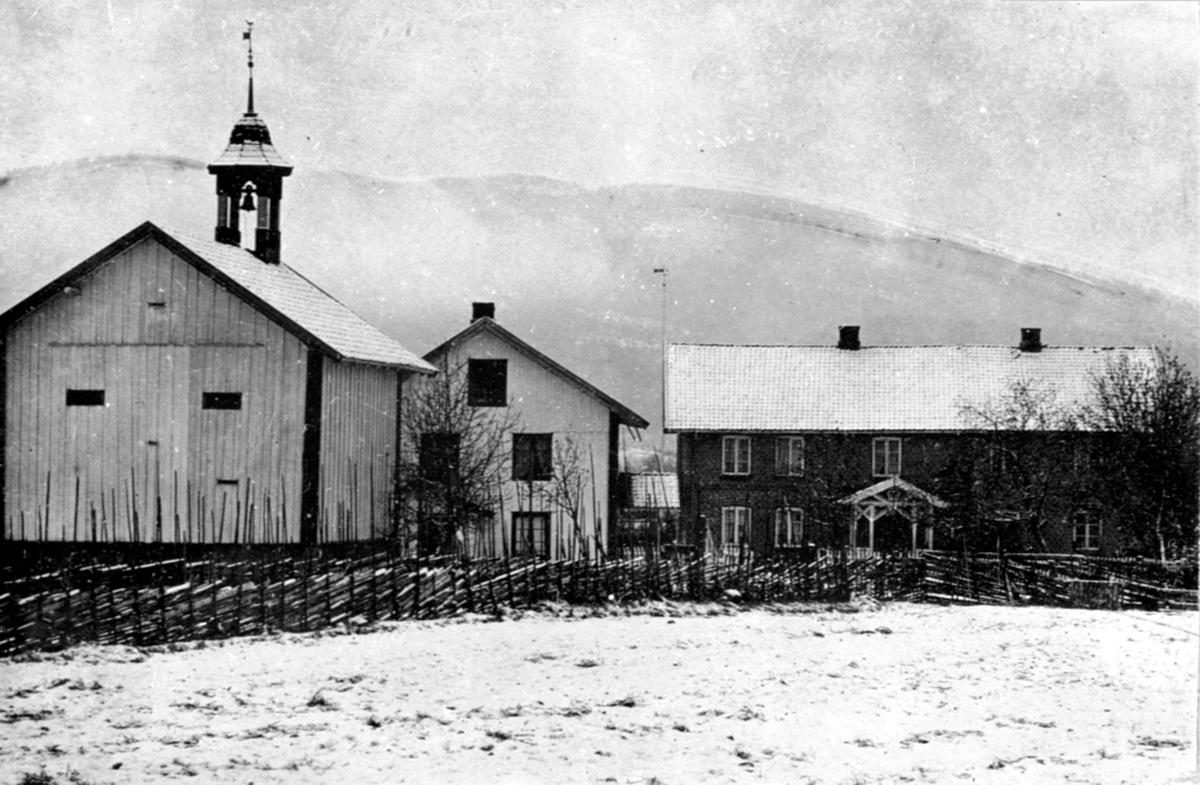 Gardstunet på Granerud gård, Brumunddal. Hovedbygning, føderådsbygning og stabbur. Vinter.