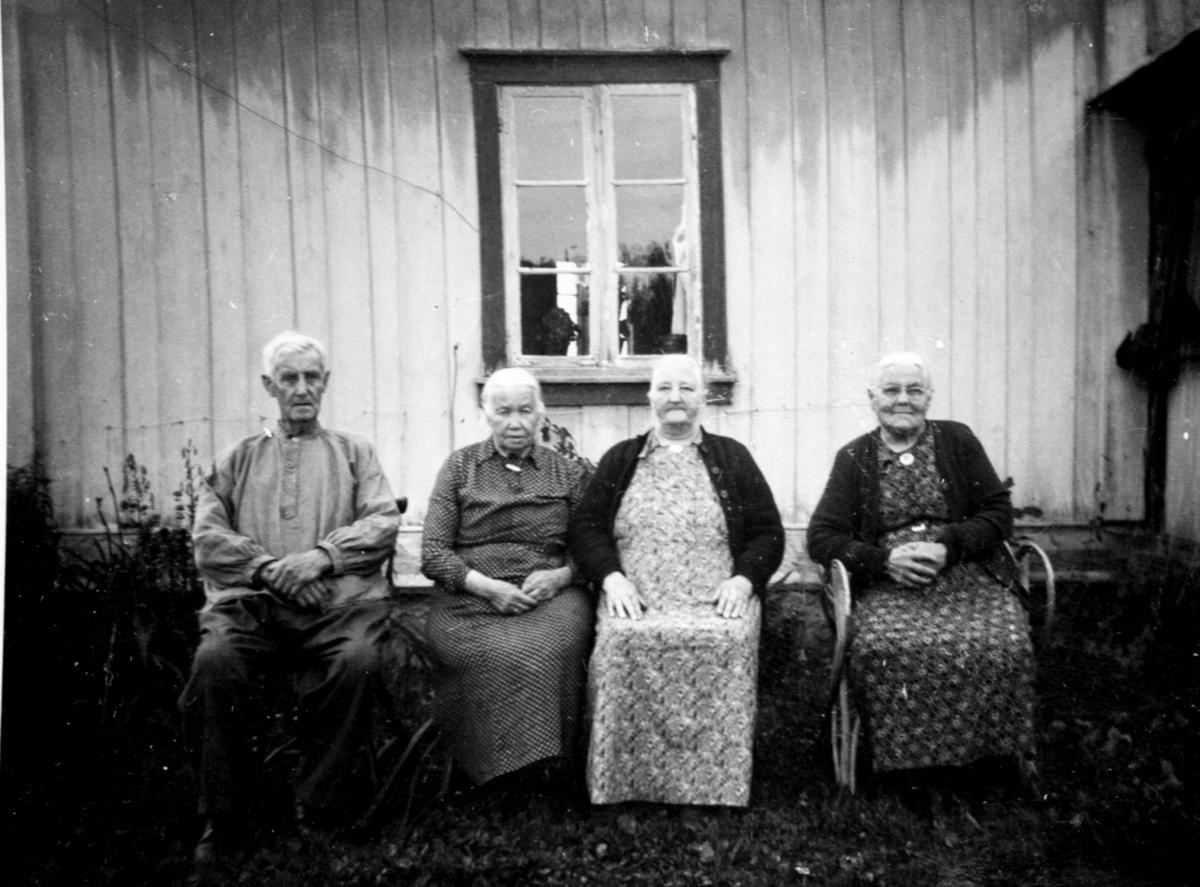Jørgen Burås, Anne Burås, Marie Brenden, Oline Åsbrein, Moseviken, Åsmarka, Ringsaker.