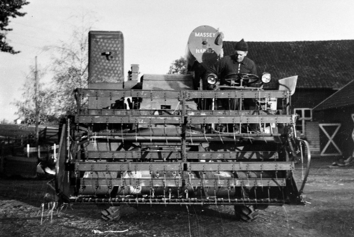 Den første selvgående skutresker, en Massey Harris, på Hoel gård, Nes, Hedmark. Sjåfør er Guttorm Søberg f.1925.