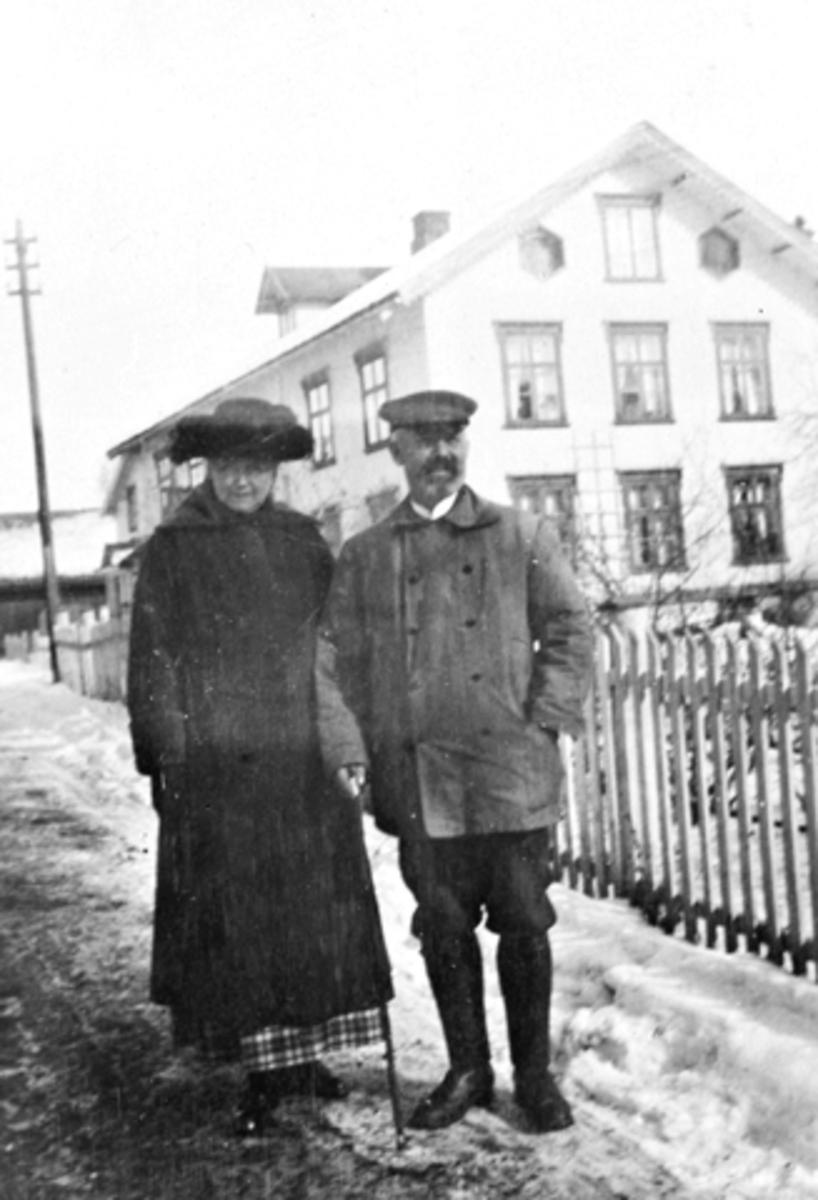 Bruvold mølle, Moelv. Hans og Laura Sundgaard foran hovedbygningen, påsekn 1923.