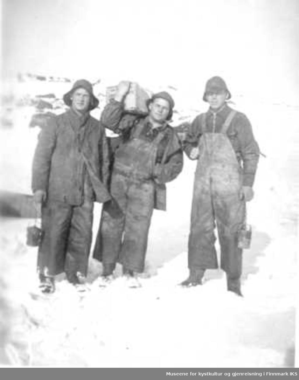 3 ukjente tunnelarbeidere med karbidlykt og dynamittkasse. Lyktene ble brukt til arbeidslys i tunnelen  Arbeid med tunnelen mellom Gednje og Lille Buevann på Kongsfjordfjellet, ca 1940