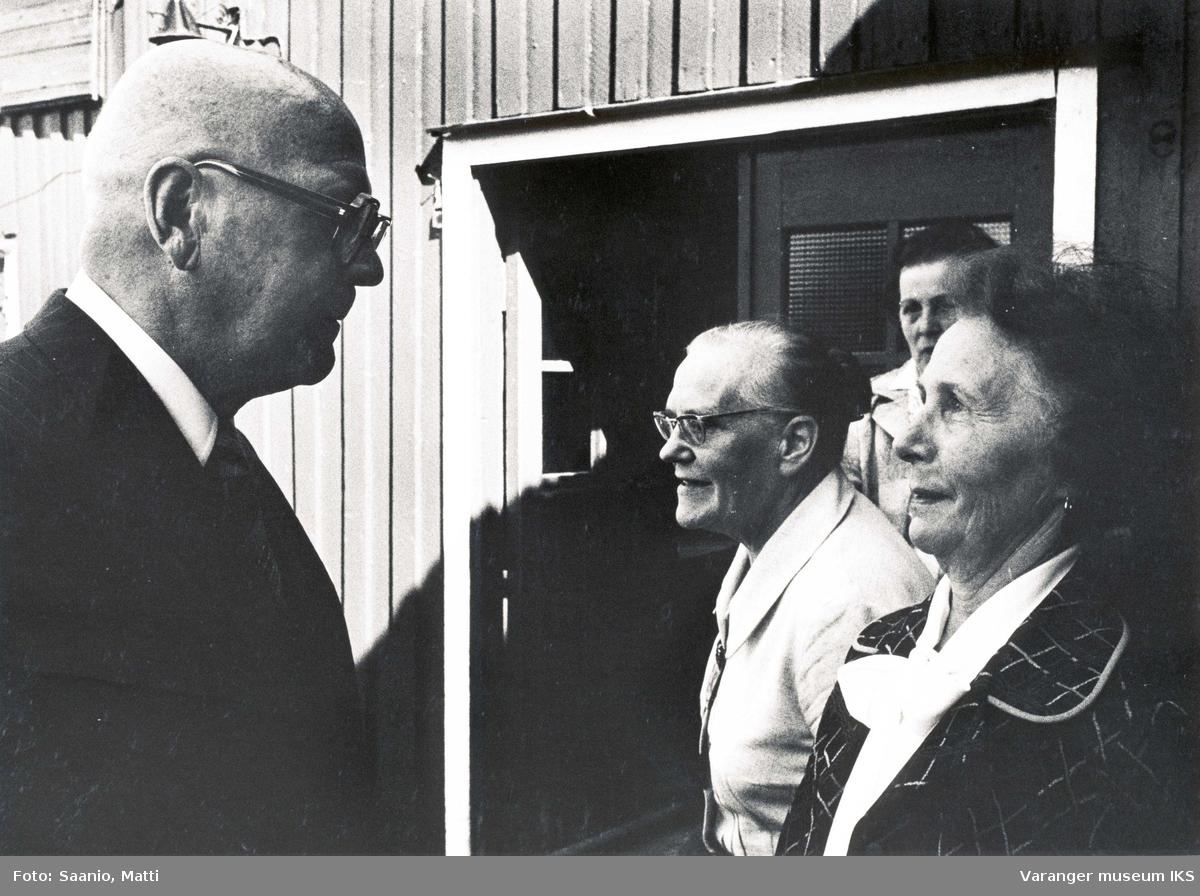 President Kekkonen med Ida Tuomainen og to andre damer utenfor Tuomainengården 1977