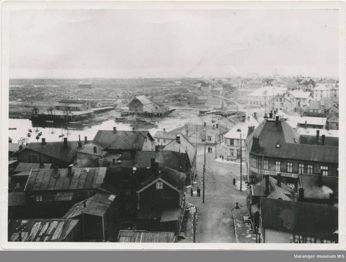 Sentral bybebyggelse, Steilneset i bakgrunnen til venstre, sett fra kirketårnet