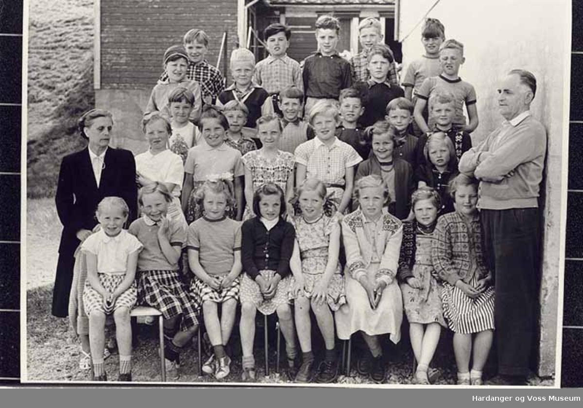 Gruppe, kvinne, mann, born, skuleelevar, hus. Skuleborn i Eidfjord