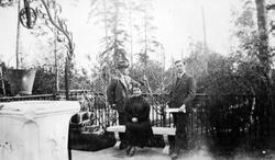 Wilhelm A. Thams, hans kone Eugenie og deres yngste sønn, Wi