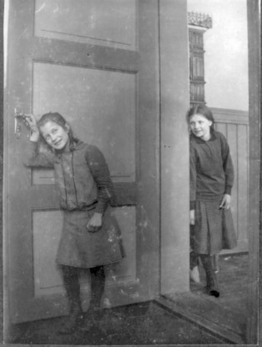 Jenter i døråpning, døveskolen i Trondheim, Interiør