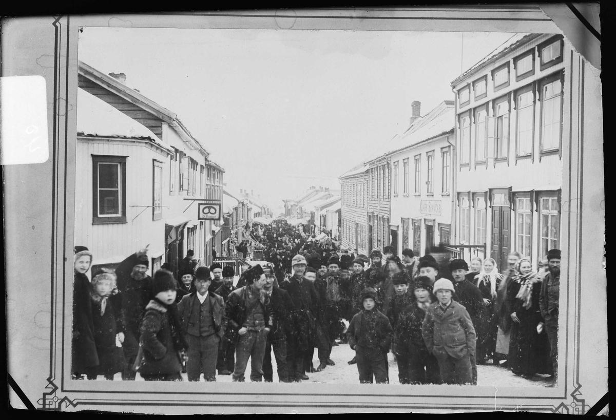 Folkemengde i Kjerkgata under Rørosmartnan. Reproduksjon