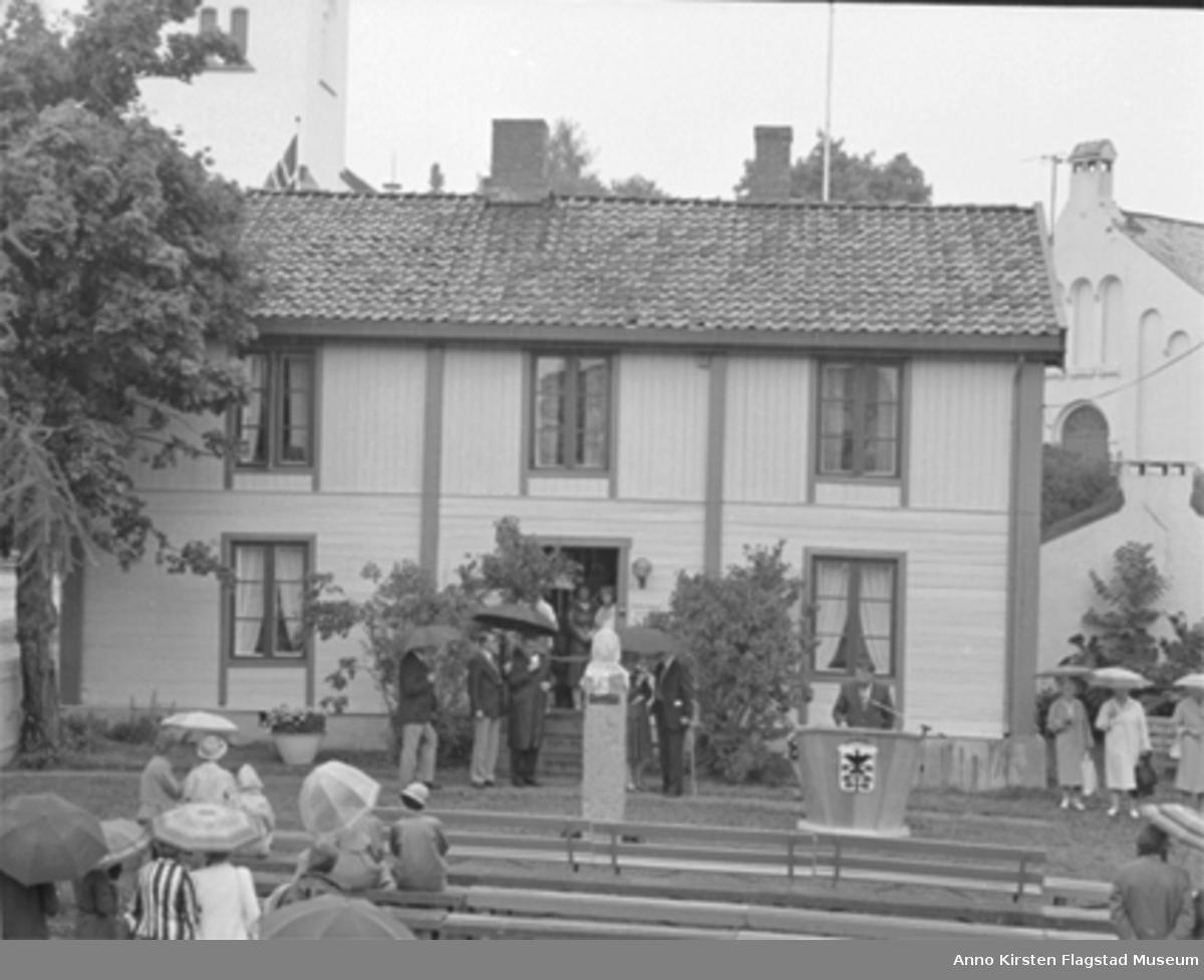 Åpning av Kirsten Flagstads minnesamling i Strandstuen, Hamar 12. juli 1985. The opening of Kirsten Flagstad Memorial, Strandstuen, Hamar 12 July 1985.