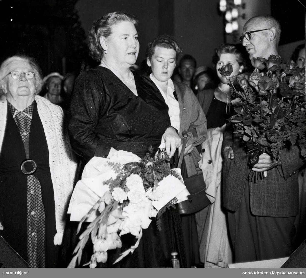 Kirsten Flagstad etter konsert i Eidsvoll kirke 28. august 1957. Til venstre hennes mor Marie Flagstad, til høyre komponisten Sverre Jordan. Kirsten Flagstad after a concert at Eidsvoll churh 28 August 1957. To the left her mother Marie Flagstad, to the right the composer Sverre Jordan.