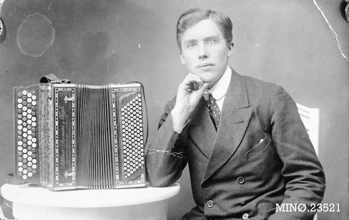 Ottar E. Akre med sitt instrument