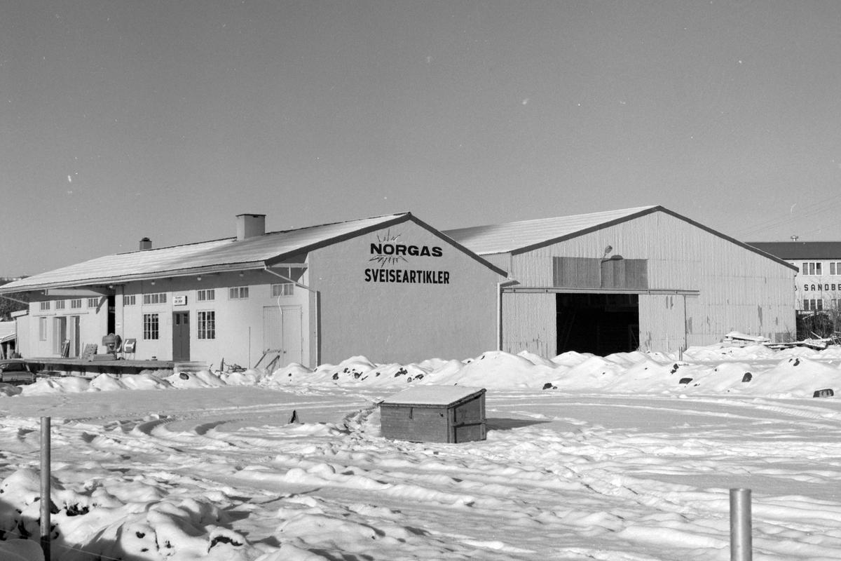 Larsen, Ludvig. Eksteriør. Glassverksted. Forretning, Ringsakervegen 13,  Brumunddal. Vinter.