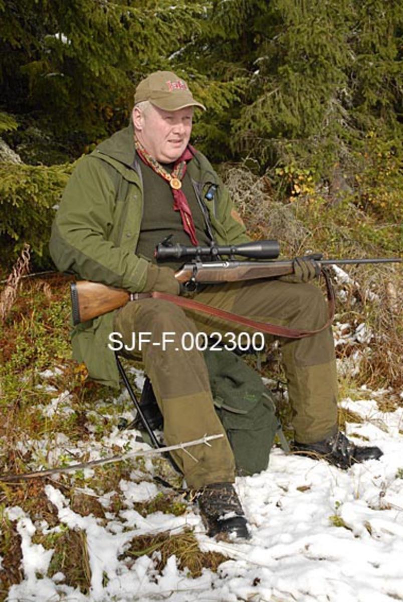 Elgjeger Arnt Svendsberget sitter på elgpost i Tørråsen i Åmot, Hedmark. Elgjakt i 2009.