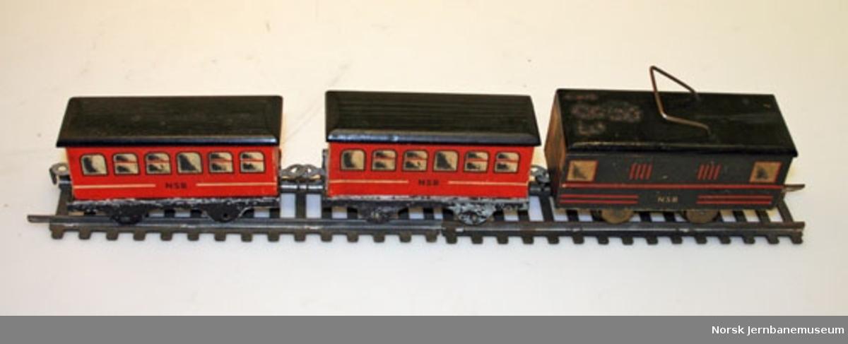"""Leketog : togsett i tre merket """"NSB"""", med elektrisk motor"""