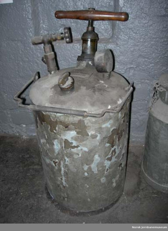 Trykkbeholder med manometer og pumpe : ukjent bruksformål