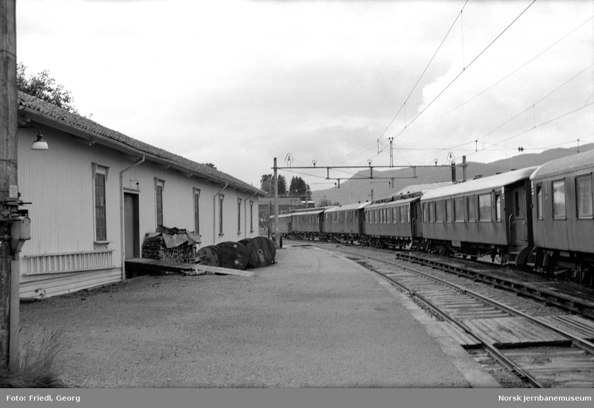 Garnes stasjon med persontog