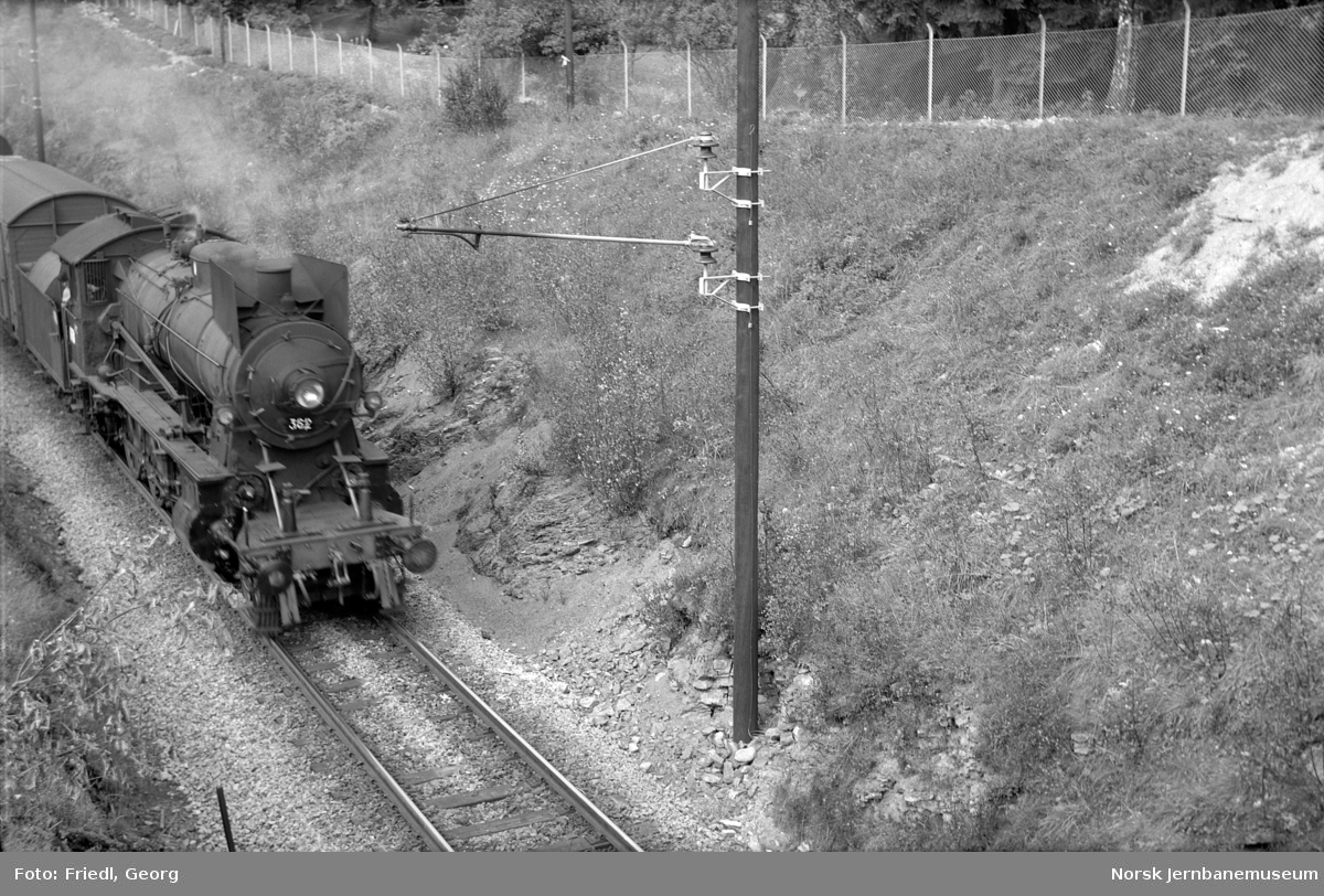 Damplokomotiv type 30b nr. 362 med godstog fra Otta, nord for Hamar stasjon