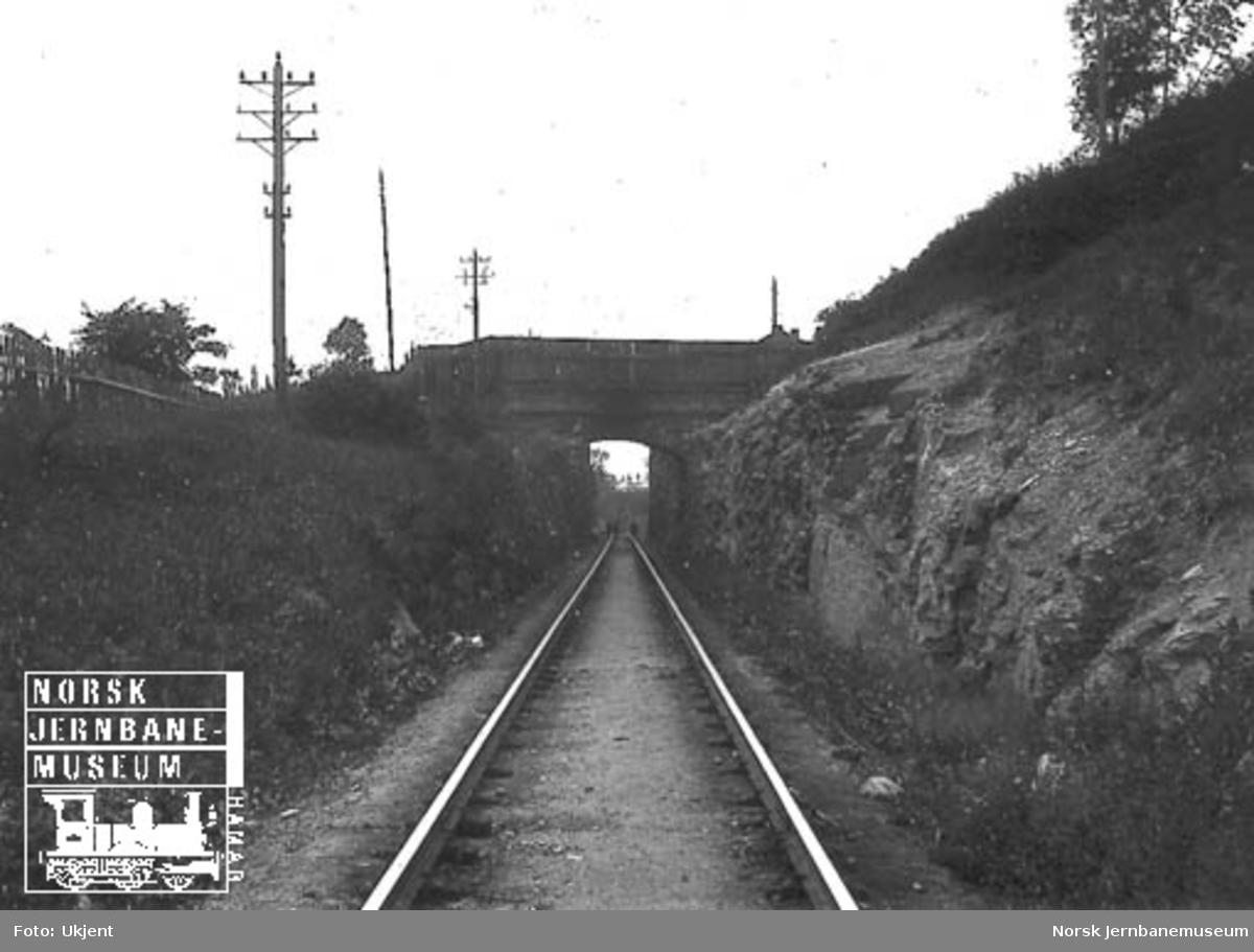 Den gamle overgangsbrua for Enebakkveien over banen i Brynsbakken