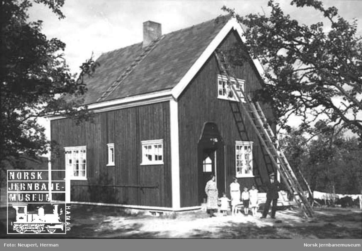 Vokterbolig på Dovrebanen; banevokteren med familie poserer