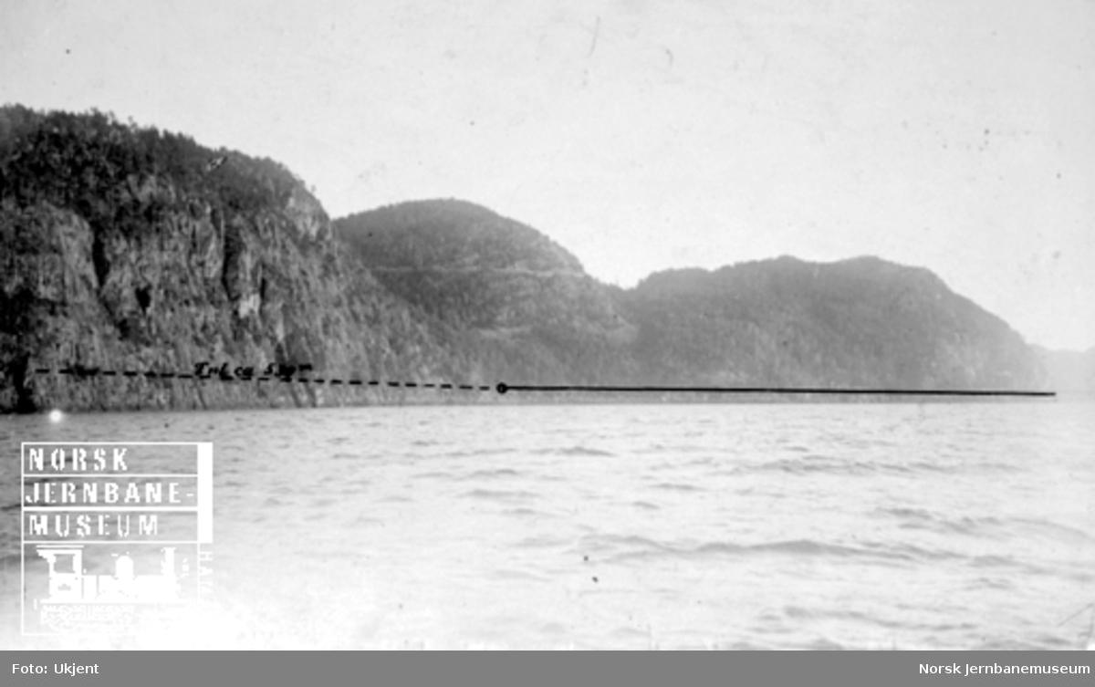 Fra Flekkefjordbanen før anlegget, fjellene langs Lundevannet; jernbanelinjen er inntegnet med svart tusj