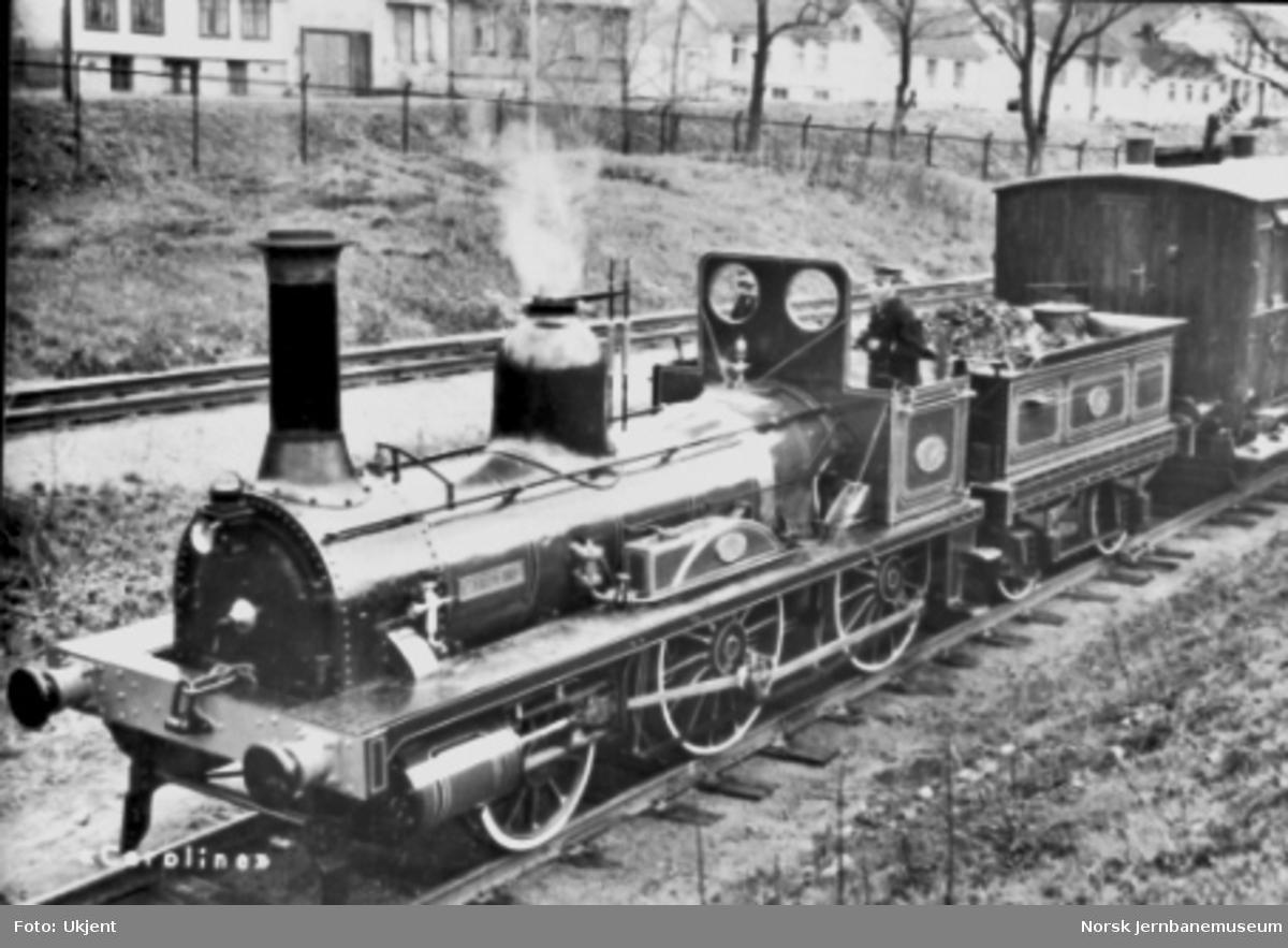 "Damplokomotivet ""Caroline"" : type 2a nr. 17 med tog under jubileet"