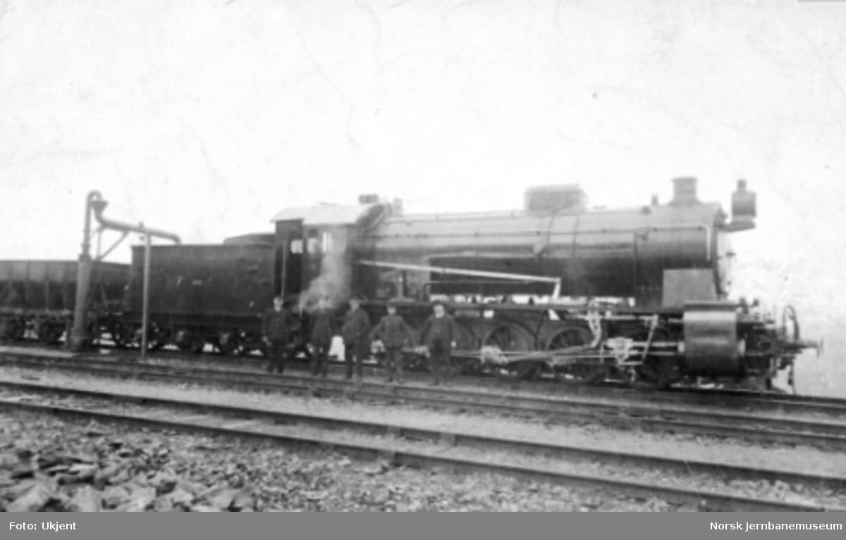 Damplokomotiv type 29a nr. 309 med fem menn foran lokomotivet